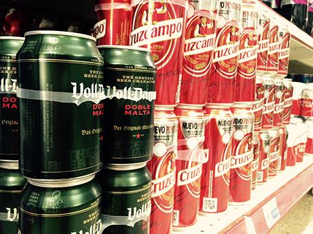cervezas en lineal de supermercado